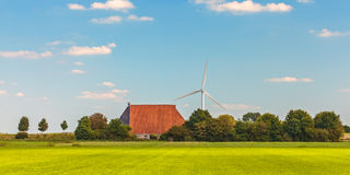 Panoramabild eines niederländischen Bauernhofes mit Windkraftanlagen Lizenzfreie Stockfotografie