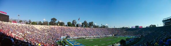 Panoramabild von einem vollen Stadion stockfotografie
