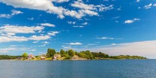 Panoramabild von einer kleinen schwedischen Insel mit alten Häusern Stockfotos