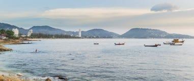 Panoramabild von Kalim-Strand und Patong setzen, Phuket, Thailand auf den Strand Stockfotos