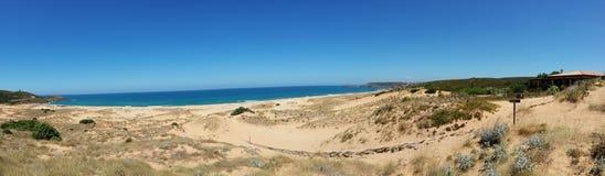 Panoramabild von Sanddünen und Meer auf der Insel von Sardinien Italien stockfotografie
