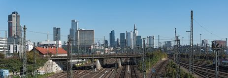 Panoramabildskyskrapor och den järnväg antennen av Frankfurt den huvudsakliga stationen Royaltyfri Bild