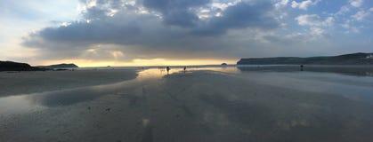 Panoramablick über BRITISCHEM Strand Cornwalls lizenzfreie stockfotografie
