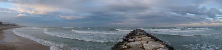 Panoramablick über dem Meer und Felsen gehen Stockfotografie