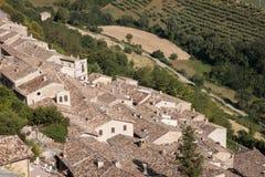 Panoramablick über den Dächern eines alten kleinen Dorfs Stockbild
