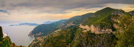 Panoramablick über der Küstenlinie von Taubenschlag d ` Azurblau und von Mittelmeer lizenzfreies stockbild