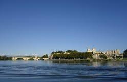 Panoramablick über der Rhone mit dem Pont-Heiligen-Benezet und der mittelalterlichen Stadt von Avignon stockbilder