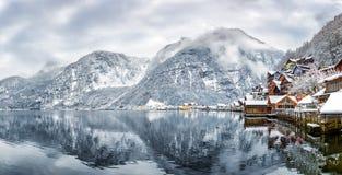 Panoramablick über Dorf und See von Hallstatt in den österreichischen Alpen Lizenzfreie Stockfotos
