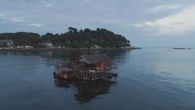 Panoramablick über einem tropischen Strand mit Bungalow über dem Meer, Doppelpunktinsel, karibisches Meer schuß Strandhäuschen an stock footage