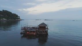 Panoramablick über einem tropischen Strand mit Bungalow über dem Meer, Doppelpunktinsel, karibisches Meer schuß Strandhäuschen an stock video footage