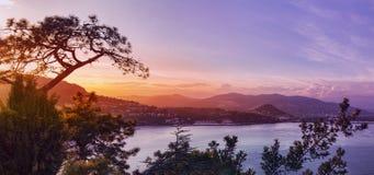 Panoramablick über einer Küstenstadt bei Sonnenuntergang Lizenzfreie Stockfotos