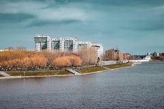 Panoramablick über Flusswasser mit Wohngebäuden Astana, Kasachstan lizenzfreie stockfotografie