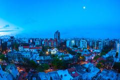 Panoramablick über Montevideo in Uruguay nachts Lizenzfreie Stockfotos