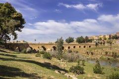 Panoramablick über Oum Errabia-Fluss und Kasba Tadla Lizenzfreies Stockbild