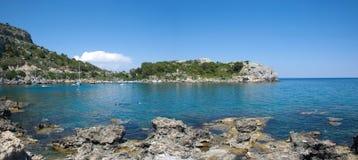 Panoramablick über Trinkwasser von Ladiko-Bucht auf griechischer Insel Rhodos Stockfotos