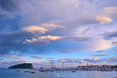 Panoramablick alter Budva-Stadt, der berühmten Insel von Sveti Nikola und des Docks mit Los Booten in Budva Montenegro, Balkan, A Lizenzfreie Stockfotos