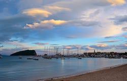 Panoramablick alter Budva-Stadt, der berühmten Insel von Sveti Nikola und des Docks mit Los Booten in Budva Montenegro, Balkan, A Stockfotografie