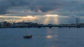 Panoramablick auf Fluss Neva am Abend Geschossen auf Kennzeichen II Canons 5D mit Hauptl Linsen stock video footage
