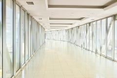 Panoramablick auf leerem Büroflur mit Glaswandfenstern gemacht vom Metall und vom Glas Moderner Korridormetall- und -glasbau lizenzfreie stockfotografie