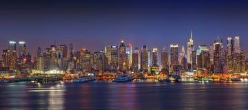 Panoramablick auf Manhattan nachts lizenzfreie stockfotos