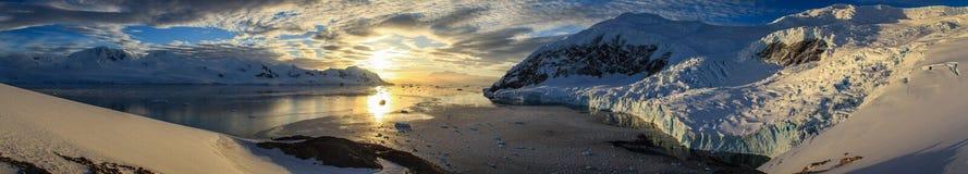 Panoramablick auf Neko Harbour bei Sonnenuntergang, die Antarktis Stockbilder