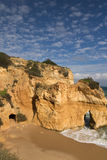 Panoramablick auf schönem Meer höhlt auf portugiesischer atlantischer Küstenlinie im blauen Himmel aus Lizenzfreie Stockbilder