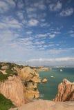 Panoramablick auf schönem Meer höhlt Klippen der atlantischen Küstenlinie im blauen Himmel aus Stockbild