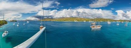 Panoramablick auf schöner adriatischer Bucht mit Yachten Lizenzfreie Stockbilder