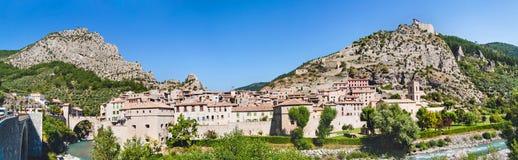 Panoramablick auf Stadt Entrevaux, Frankreich Berge und altes Verstärkungsschloss Lizenzfreies Stockbild