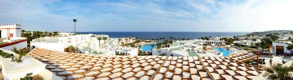 Panoramablick auf Swimmingpool und Strand im Luxushotel lizenzfreie stockfotos