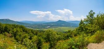 Panoramablick auf Tal in den Bergen lizenzfreie stockfotografie