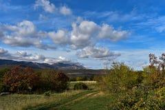 Panoramablick auf ungebildeter Ackerlandlandschaft Lizenzfreies Stockbild