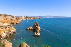 Panoramablick auf Wassersporttätigkeiten im TürkisMeerwasser von Lagos, Portugal stockbilder