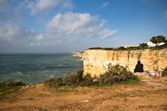 Panoramablick auf wunderbarer portugiesischer atlantischer Küstenlinie im blauen Himmel Lizenzfreies Stockbild