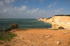 Panoramablick auf wunderbarer portugiesischer atlantischer Küstenlinie im blauen Himmel Lizenzfreies Stockfoto
