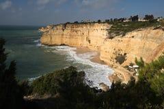 Panoramablick auf wunderbarer portugiesischer atlantischer Küstenlinie im blauen Himmel Stockfotografie