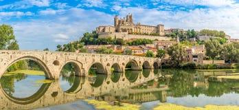 Panoramablick an der alten Brücke über Kugelfluß mit Kathedrale des Saint Nazaire in Beziers - Frankreich Stockfotos