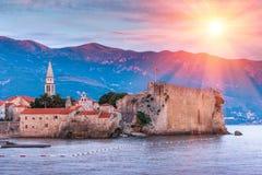 Panoramablick der alten Stadt Budva bei Sonnenuntergang montenegro Lizenzfreies Stockbild