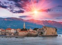Panoramablick der alten Stadt Budva bei Sonnenuntergang montenegro Stockbilder