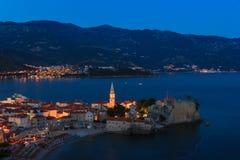 Panoramablick der alten Stadt Budva nachts Sonnenuntergang, blaue Stunden und Stockbilder