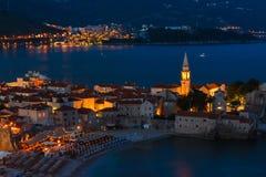 Panoramablick der alten Stadt Budva nachts Sonnenuntergang, blaue Stunden und montenegro Lizenzfreie Stockfotos