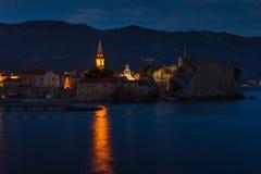 Panoramablick der alten Stadt Budva nachts Sonnenuntergang, blaue Stunden und montenegro Stockfotos