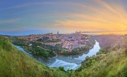 Panoramablick der alten Stadt und des Alcazar auf einem Hügel über dem Tajo, Kastilien La Mancha, Toledo, Spanien Stockbilder