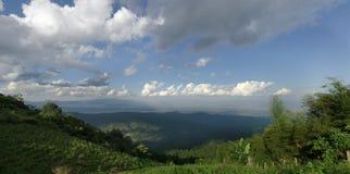 Panoramablick der Ansicht des Baums, des Berges und des bewölkten Himmels von Chiangma Stockfotos