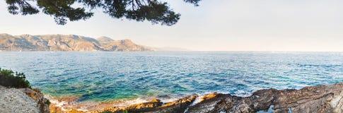 Panoramablick der azurblauen Seeküstenlinie Paloma-Strand, Frankreich Lizenzfreie Stockfotos