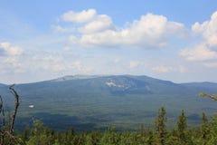 Panoramablick der Berge und der Klippen, Süd-Ural Sommer in den Bergen Ansicht von den Bergen Die Beschaffenheit des Souther Lizenzfreie Stockfotografie
