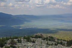 Panoramablick der Berge und der Klippen, Süd-Ural Sommer in den Bergen Ansicht von den Bergen Die Beschaffenheit des Souther Stockfotos
