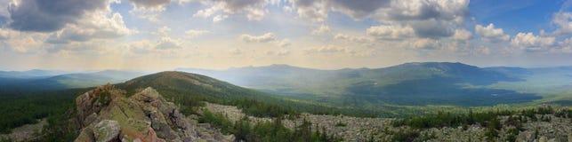 Panoramablick der Berge und der Klippen, Süd-Ural Sommer in den Bergen Ansicht von den Bergen Die Beschaffenheit des Souther Stockfoto