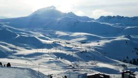 Panoramablick der Berge und ein großes Netz von Skiliften in Les-Bogen stockbilder