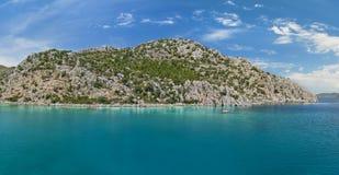 Panoramablick der blauen Lagune und der Felseninsel Stockfotografie